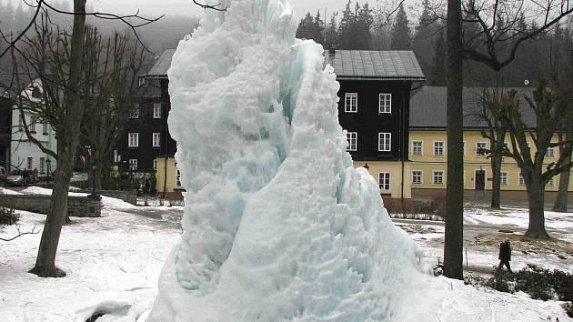 V Karlově Studánce mezi budovou obecního úřadu a hotelem Džbán se tyčí mohutný ledový sloup.