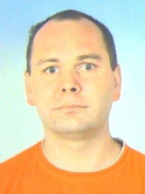 Podle policistů si tento muž pod různými záminkami vypůjčil od několika žen peníze, ale už se nemá k vrácení. Kriminalisté hledají další případné oběti podvodu.