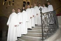 Schola Gregoriana Pragensis, soubor založený Davidem Ebenem v roce 1987, jehož produkci si mohou užít návštěvníci bruntálského farního kostela.