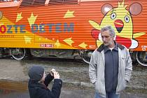 Když si nadace Pomozte dětem nechala v Krnově nastříkat logo s kuřetem na lokomotivu, přijel si hotové dílo prohlédnout herec Tomáš Hanák, který je televizní tváří této sbírky.