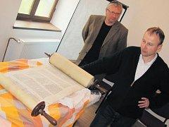 Tato tóra pochází z Prostějova. Brzy bude uložena ve svatostánku nově zrekonstruované krnovské synagogy. Její příběh představili Jiří Strnad a Jan Stejskal ze sdružení Krnovská synagoga.