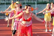 Zumba v Krnově. Loňského ročníku se účastnily děti, ženy všech věkových kategorií a také pár mužů. Cílem je hlavně se při sportování pobavit a odejít domů s veselou náladou.