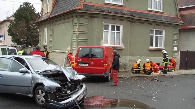 Srážka dvou aut na křižovatce krnovských ulic Nerudova a Zeyerova ze středy 4. listopadu skončila těžkým zraněním náhodné chodkyně.