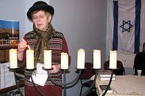 Předsedkyně židovské obce v Ostravě Jiřina Garajová zapálila v krnovské synagoze sedmiramenný svícen zvaný menora.