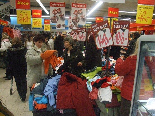 Zákazníci vzali prodejnu útokem.