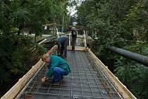Most přes Černý potok se po desetiletích dočkal potřebných oprav, chodci po něm hojně procházejí ze sídliště K. H. Máchy na Dukelskou ulici v Bruntále.