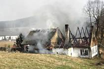 Pět jednotek hasičů zasahovalo v úterý odpoledne v Holčovicích-Dlouhé Vsi, u požáru střechy rodinného domku.