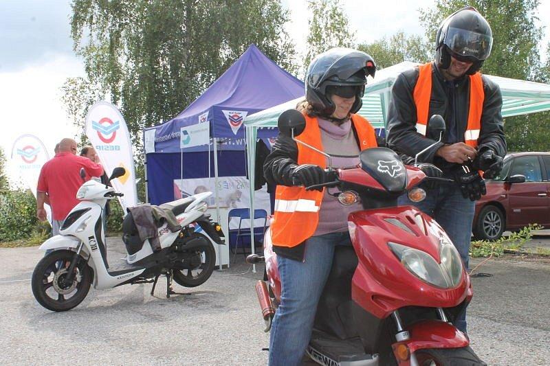 Držitelé řidičských oprávnění typu B mohou díky loňské novele vyhlášky o silničním provozu řídit motocykly do objemu sto pětadvaceti kubických centimetrů. Umí je ale opravdu řídit?