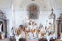 Řezbář Jiří Halouzka v kostele v Jiříkově shromáždil všechny své anděly vyřezané v životní velikosti. Usiluje s nimi o zápis do knihy rekordů. Lidé mají možnost vidět všechny anděly v Pradědově galerii u Halouzků v Jiříkově až do konce Velikonoc.