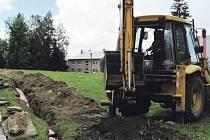 Výkopové práce v Břidličné. V červnu se v Břidličné dokončovaly práce, aby se mohl rozběhnout nový kamerový systém.