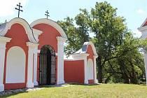 Barokní kaple na Cvilíně původně byla bílá, ale pak dostala jiný kabát. Dnešní barevnost odpovídá tomu, co můžeme vidět na historických fotografiích.