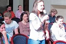 Na desítky dotazů veselejšího i vážnějšího obsahu položili zástupci základních a středních škol v Krnově vedení Krnova. Zajímali se o investice a opravy města, osudy bezdomovců, zimní údržbu chodníků i zřízení nových přechodů pro chodce.