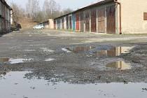 I když neprší, voda se ve výmolech u garáží na Chelčického ulici v Bruntále drží, jarní sluníčko nestačí kaluže vysušit. Výmoly jsou nejhorší v řadě garáží nejblíže Černému potoku.