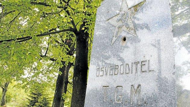 Hybridní památník v Bučávce na Osoblažsku je kuriozita, jakou nikde jinde nenajdete. Co má prezident osvoboditel T. G. Masaryk společného s pěticípou hvězdou, srpem a kladivem?