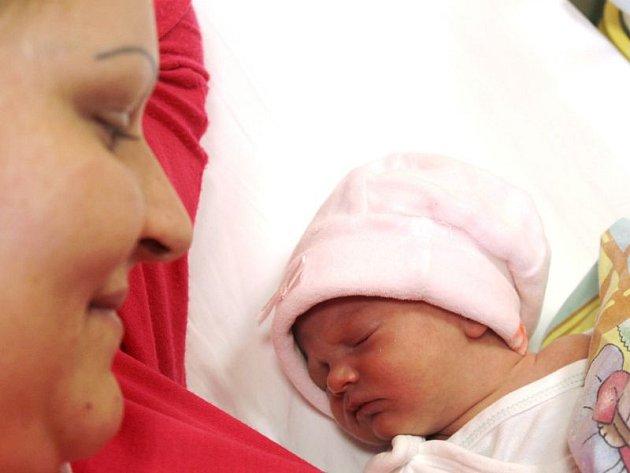 Kateřina Szkanderová se narodila 23. listopadu, vážila 2,19 kilogramů a měřila 44 centimetrů. Rodiče Markéta a Jan ze Starých Heřmínov dceři přejí hlavně hodně štěstí a zdraví. Na Kačenku už doma čeká sestřička Kristýnka.