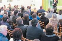 Sál kulturního domu v Zátoře se zaplnil těmi, kteří si chtěli znovu připomenout autentické záběry z archivu televize Polar a zavzpomínat si na povodně v letech 1996 a 1997.