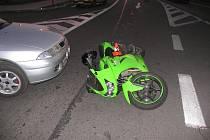 Motocyklistka se snažila zabránit střetu s mitsubishi u krnovského Kauflandu a při tom se poroučela na silnici, při pádu se zranila.