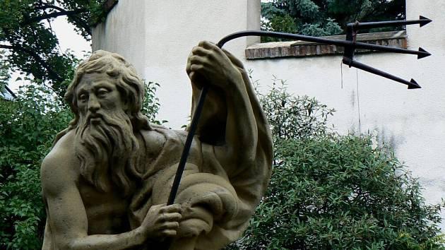 Neptun jako antický bůh a římský vládce moří má svou moc koncentrovanou v trojzubci. Neznámý vyndal se s krnovskou sochou Neptuna ve Smetanových Sadech přetahoval o trojzubec tak dlouho, až ho zohnul do pravého úhlu.