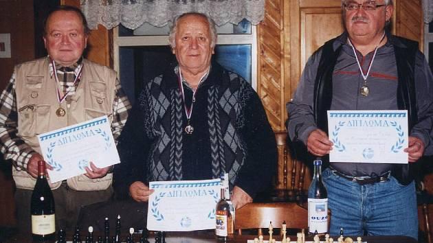 Amatérským přeborníkem šachistů na Krnovsku se stal Ladislav Vencl (vpravo). Druhý skončil Geras Kostas (uprostřed), před třetím Jaromírem Vinklerem (vlevo).