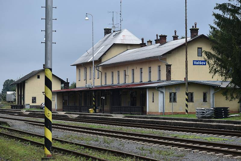 Nádraží ve Valšově čeká rozsáhlá demolice a rekonstrukce za 26 milionů korun. Co se stane s úplně posledním zabezpečovacím systémem Einheit?