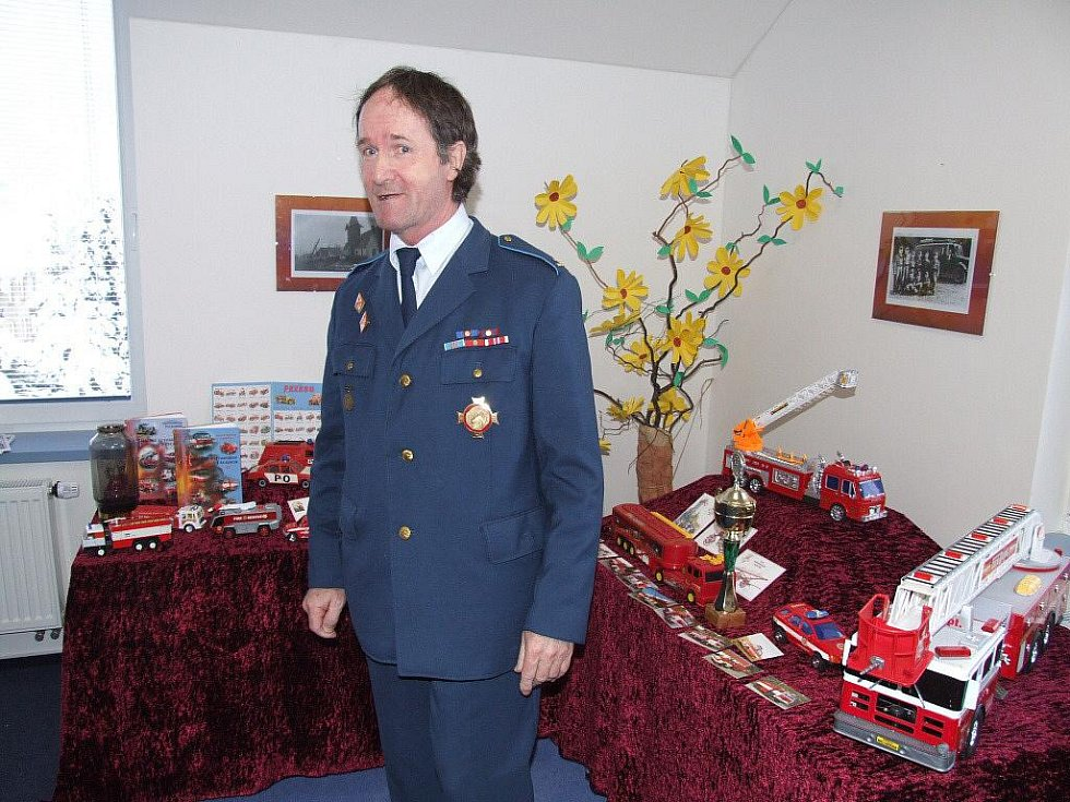 Karel Friedrich si vždy zakládal na práci s mládeží, nejen tou hasičskou. Na výstavě dětem předvedl, jak houká hasičské autíčko, které dostal vloni pod stromeček.
