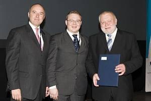 Certifikát předali v portugalském Portu Petru Anderlemu (vpravo) ředitel poradního odboru Výborů regionů Evropské komise Lucio Gussetti (vlevo) a finský poradce pro podnikání Petri Palviainen (uprostřed).