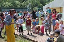 Bublinovou šou, klaunskou juchandu, hudbu, soutěže i fotbalový mač si užívali na Slavnosti města Břidličná mezi jinými Rostislav Malík nebo hudebník Fricek.