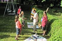 Tak trochu stranou zájmu veřejnosti zůstala v sobotu nenápadná akce v zahradě Flemmichovy vily v Krnově, která se snažila zásady architektury a urbanismu představit těm nejmladším obyvatelům.