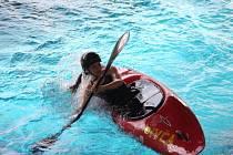 Vodáci zatím kvůli počasí ještě nemůžou sjíždět řeky, tak si v sobotu v krnovském bazénu uspořádali krajskou pohárovou soutěž v eskymáckých obratech.