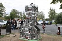 Jak půvabná byla stará věž na vrcholku Pradědu, to připomíná její nejnovější model, postavený v šestnáctinásobném zmenšení. Během dvou měsíců jej postavil Libor Strnad u rekreačního střediska Koliba ve Starém Městě.