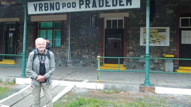 Sedmileté putování kolem hranic České republiky završil František Kafka ve Vrbně pod Pradědem. Domů do Prahy se vrátil vlakem.