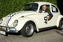 Jaromír Pavlíček z Krnova si pořídil Volkswagen Beetle 1300 upraveného ve stylu Herbie. Ten poznáte podle číslice 53 na kapotě a podle červeno-bílo-modrých pruhů.