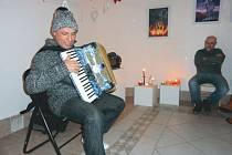 """Karel Richard Marinov při svém koncertu """"Na křídlech lásky"""" v bruntálské Galerii v kapli."""