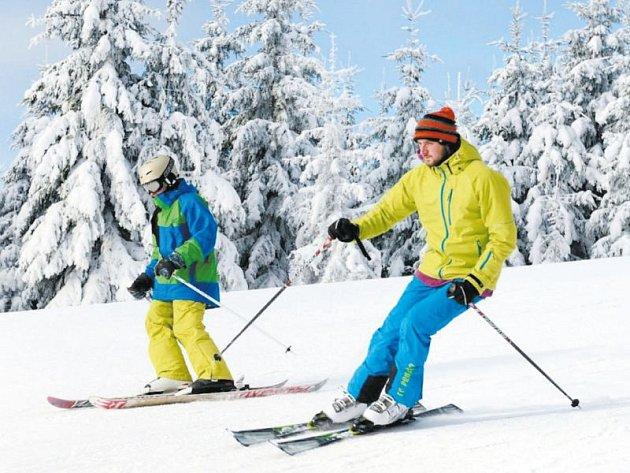 Víkend v Jeseníkách vzhledem k přídělu nového sněhu slibuje lyžařům dobré podmínky. Ilustrační foto.
