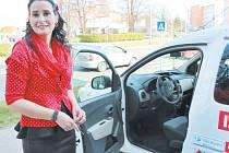 Ředitelka Charity Krnov Monika Dudová má radost ze sociálního automobilu.