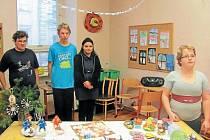 Třináct žáků Střední škole praktické se rozhodlo formou vánoční výstavky ukázat veřejnosti, co všechno se naučili v hodinách zaměřených na ruční práce.