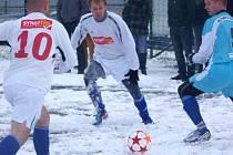 Z historického soutěžního městského derby I.B třídy na bruntálské umělé trávě mezi domácím Slavojem a Olympii Bruntál si po skončení mrazivého odpoledne odnesli cenné vítězství hráči Olympie.