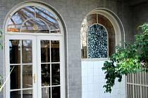 Flemmichova vila v Krnově je kulturní památkou. Neodmyslitelně k ní patří i vzácné vitráže, které jsou po rekonstrukci zase zpět ve vile.