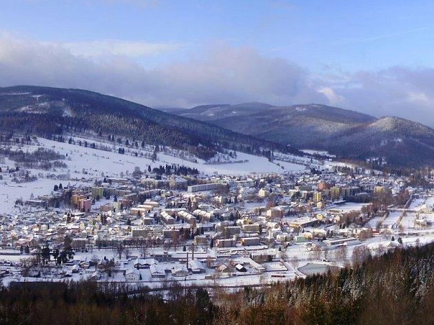 Každý den vyráží na mnohakilometrovou procházku do okolí Vrbna pod Pradědem student tamního sportovního gymnázia Radek Fabian. Při brodění ve sněhových závějích v rukou třímá fotoaparát.