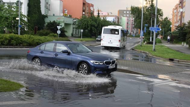 Kruhový objezd v centru Krnova poskytoval při každé bouřce fotografům efektní záběry, jak si řidiči poradili s brouzdalištěm. Tato krnovská atrakce už patří minulosti.