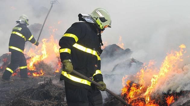 I po čtrnácti hodinách hořela zemědělská budova v Rudné pod Pradědem, plná slámy. Šlo o jeden z největších požárů v bruntálském regionu.