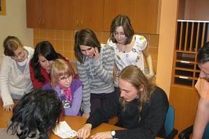 Robert Cvek žáky na Základní škole Janáčkovo náměstí Krnov skutečně zaujal. Besedu proložil vtipy a všichni si ji užívali.