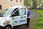 Ve Vrbně pod Pradědem se slavnostně předával nový automobil pro pečovatelskou službu. Obecně prospěšná společnost Help - in dostala auto díky padesáti místním firmám, které přispěly na jeho pořízení.