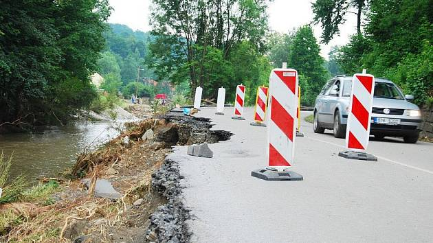 Kus silnice strhla velká voda také v Životicích u Nového Jičína.