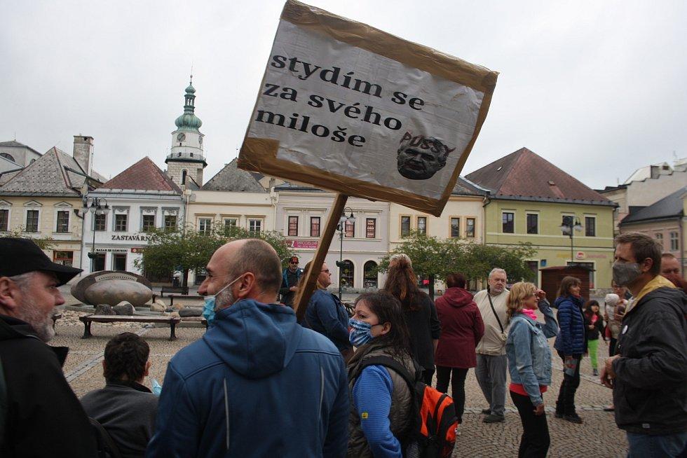 Na bruntálském náměstí se sešlo asi třicet demonstrantů, aby podpořili iniciativu Milion chvilek pro demokracii.