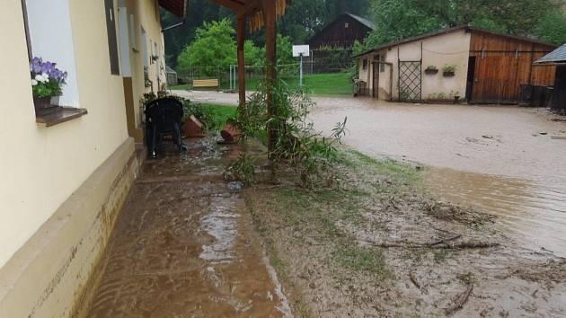 Déšť a voda se neptá, kam už nemůže.