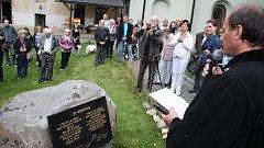 V Krnově byla odhalena pamětní deska, která připomíná takzvaný hladový pohod z června 1945. Při něm bylo v rámci divokého odsunu přinuceno tři tisíce krnovských Němců k pěšímu pochodu do Králík. Na 300 jich zahynulo.