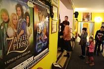 Krnovské děti díky předpremiéře viděly novou pohádku Zdeňka Trošky Zakleté Pírko už na Štědrý den 24. prosince. Ty ostatní se pohádky dočkají až na premiéře 2. ledna.