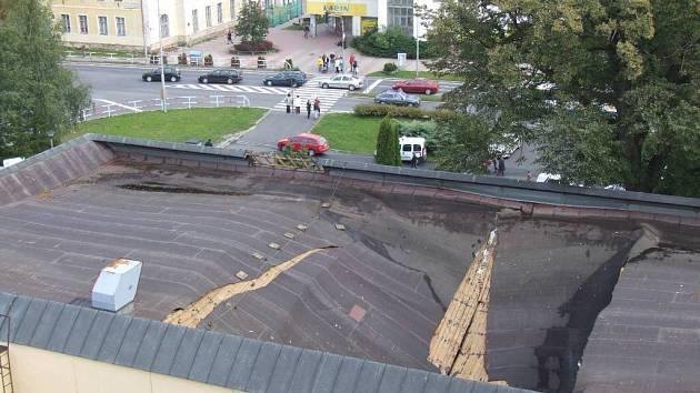 Spadlá střecha bruntálského kina.