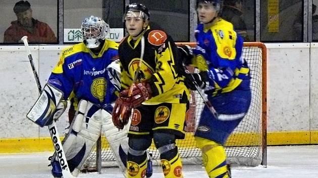 Hokejisté Krnova doma porazili Uničov. Na snímku před gólmanem Romanem Šlupinou stíní jeden z hostujících hráčů, toho se snaží odtlačit obránce Vojtěch Žídek (vpravo).